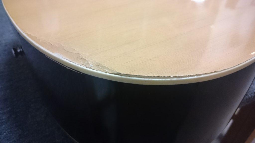 pęknięta gitar akustyczna
